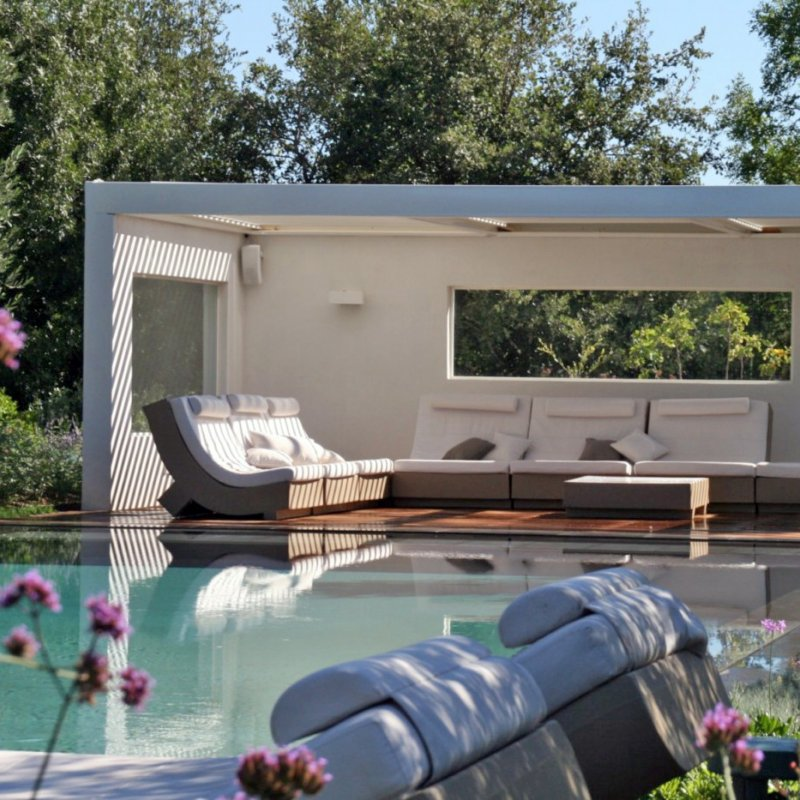 Construction DUn Pool House Au Bord De La Piscine  Mobilier
